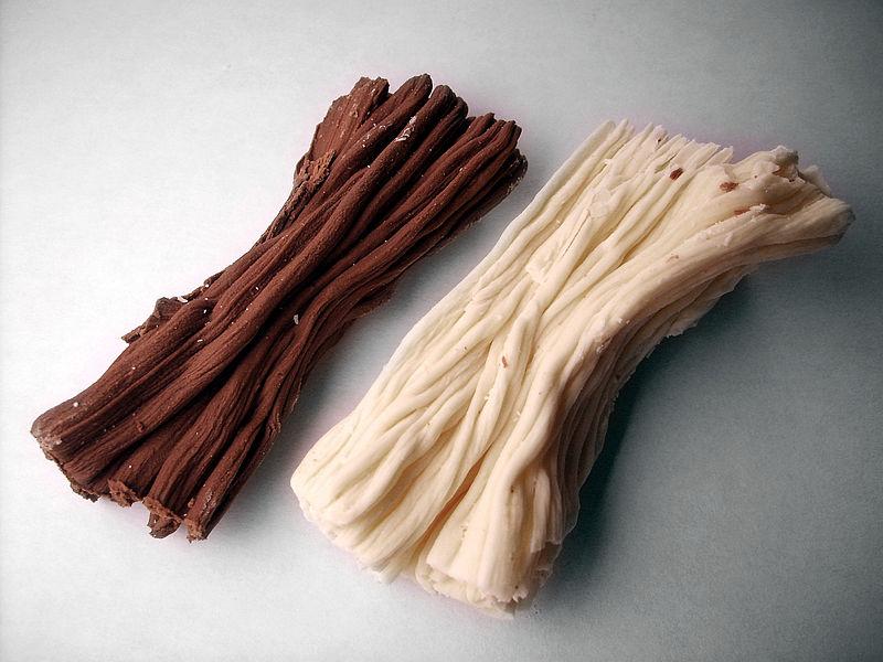 Chocolate en rama (leñas) , blanco y negro. Foto: Jorge Barrios (licencia CC)