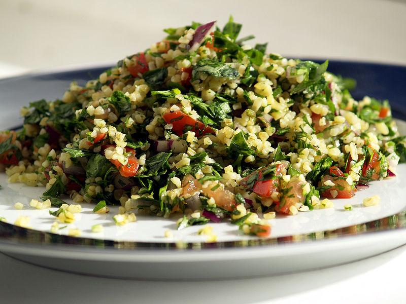 Tabulé. Plato tópico de la comida mediterránea. Foto: Cyclonebill (licencia CC)