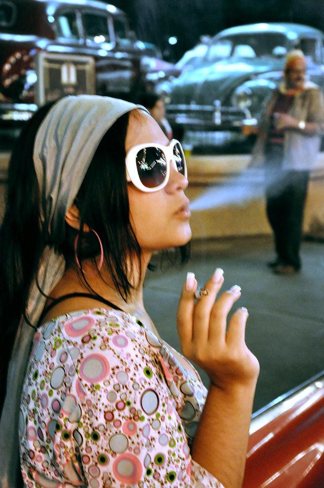 Mujer fumando. Foto: Carlos Huerta (licencia CC)