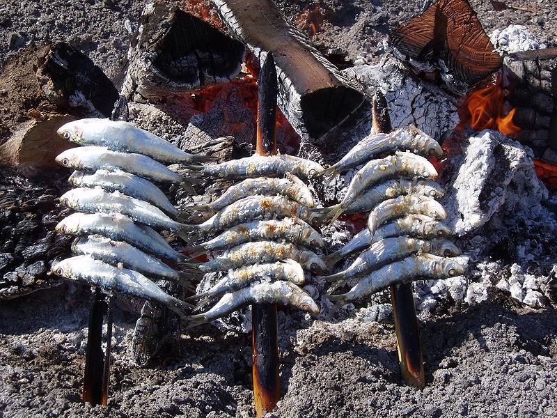 Sardinas a la brasa. Foto: Gildemax (licencia CC)