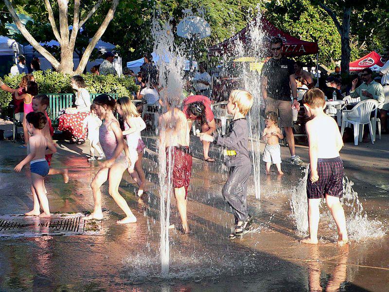 Niños jugando en una fuente. Foto: Bev. Sykes (licencia CC)