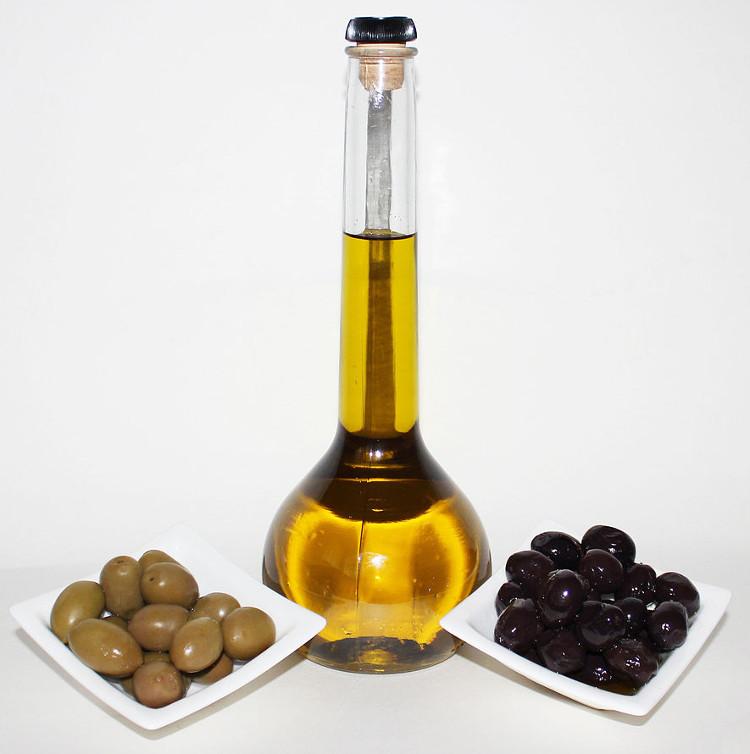 Aceitunas y aceite de oliva. Foto: Poyraz-72 (licencia CC)